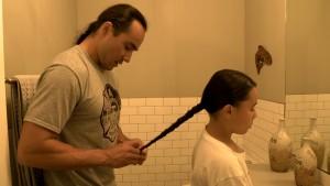 広報写真03(髪の毛を伸ばすことはクリー族にとって大切なこと)