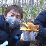 03 ムキタケを見つけた福田さん